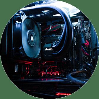 Gaming-PC innen, Mainboard, CPU-Kühler, Grafikkarte, Arbeitseicher, Wasserkühlung