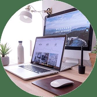 Re-Design Website Graz, Webdesign, Re-Design, Re-Design Graz, neue Webseite, Montitor mit neuer Webseite, Aufnahme am Arbeitsplatz