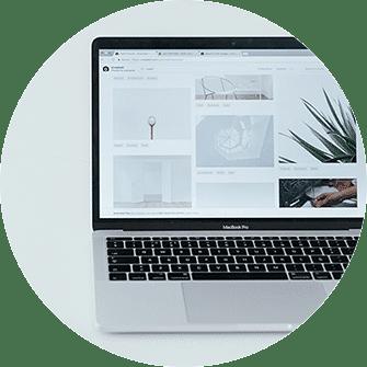 Re-design erstellen Graz, Redesign erstellen Graz, Re-design Website, neue Website, Laptop mit neuer Website, Hintergrundfarbe grau